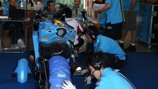 The Rizla Suzuki MotoGP team works on Ben Spies' bike.